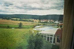hotel-blick_aus_zimmer_auf_aussenpool_und_wintergarten_des_restaurant.jpg